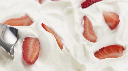 йогурт : Slow motion of eating strawberries with cream with spoon Стоковые видеозаписи