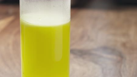 efervescente : Slow motion pan of yellow effervescent tablet in glass with water with copy space
