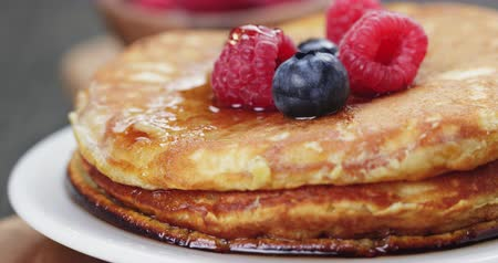 блин : Pancakes with berries and maple syrup, on wooden table
