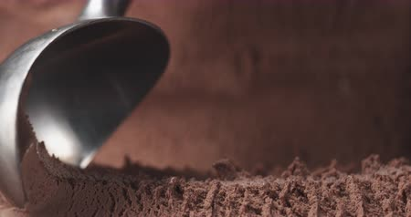 gelado : Slow motion of scooping chocolate ice cream