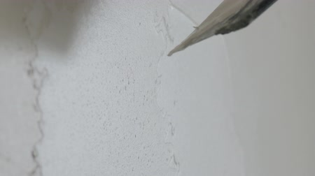 миномет : Slow motion handheld shot of worker applying putty on the wall Стоковые видеозаписи