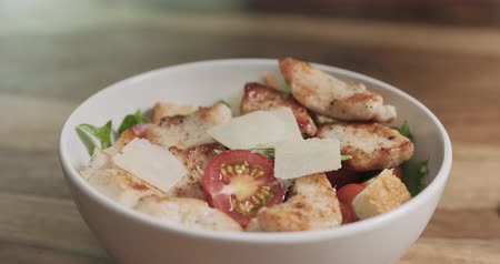 grzanki : Slow motion closeup parmesan flakes falling on caesar salad Wideo