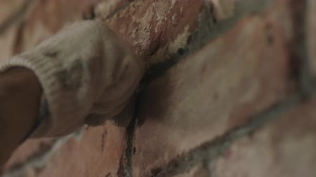 zedník : Slow motion handheld closeup of worker forming seam between bricks Dostupné videozáznamy