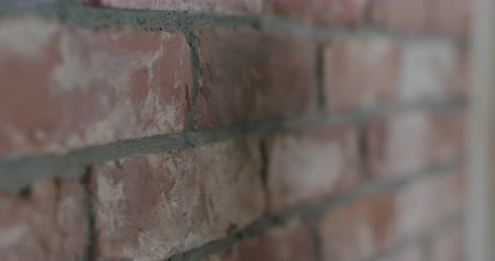 pedreiro : Slow motion handheld closeup of worker forming seam between bricks Vídeos