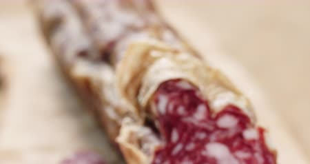 вылеченный : Closeup pan of sliced italian salame