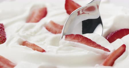 smetanový : Slow motion of eating strawberries with cream with spoon Dostupné videozáznamy