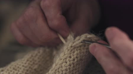 iğne : slow motion of grandmother hands knitting sweater closeup Stok Video