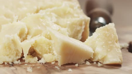 пармезан : slide pieces of hard parmesan cheese on olive board Стоковые видеозаписи
