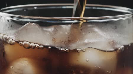 refrescos de cola : Slow motion closeup cola verter en vidrio con hielo Archivo de Video