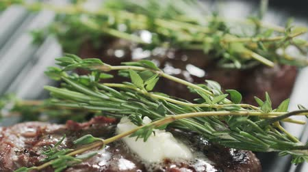 tomilho : preparing steak filet mignon with butter and herbs