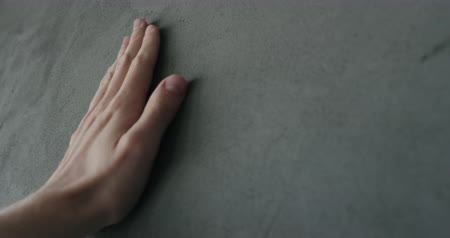 linkerhand : Slow motion man hand raakt decoratieve betonnen afwerking
