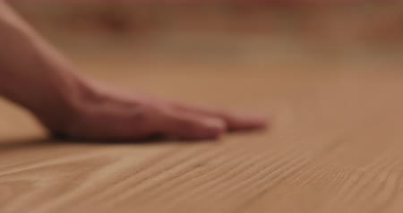 esquerda : Slow motion closeup man hand touches ash wood floor