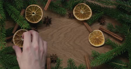 gałązki : Top view man hands making christmas composition with spruce branches and natural decorations