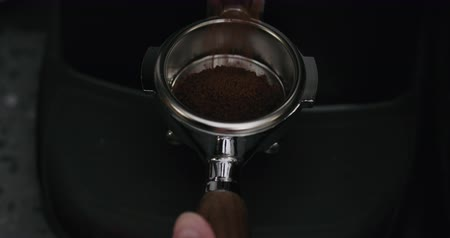 grãos de café : Slow motion fresh ground coffee falling into portafilter from grinder Vídeos