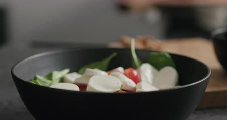 espinafre : Closeup making salad with spinach, tomatoes and mozzarella Stock Footage