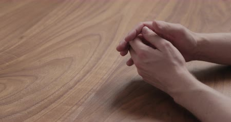 csatlakozott : Slow motion man hand suggestions gesture on black walnut table