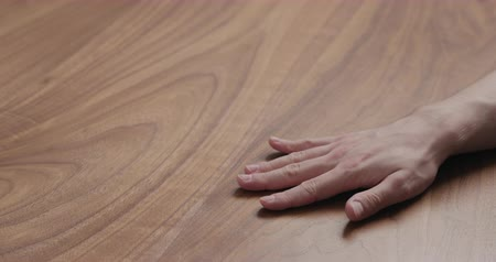 csatlakozott : Slow motion man hand waiting on black walnut table