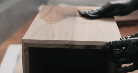 nogueira : Slow motion woodworker applying oil finish to black walnut storage box Vídeos
