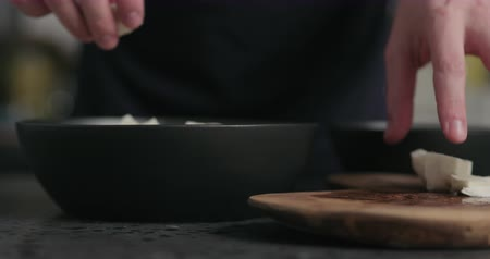 eklemek : Slow motion man preparing salad adding mozzarella Stok Video