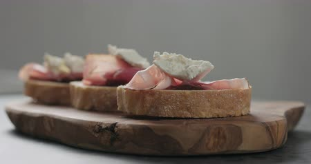 marmelada : Slow motion spices falls on bruschetta with ricotta and pancetta Stock Footage