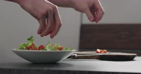 aggiungi : Slow motion tomatoes add to make salad in white bowl Filmati Stock