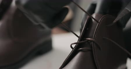 koronka : Slow motion remove laces from chukka boots before maintenance