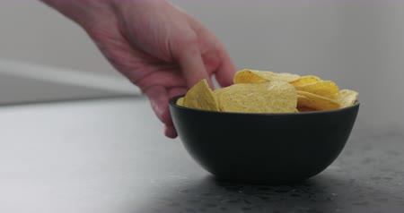 служить : Slow motion man hands serve corn chips with salsa on concrete surface