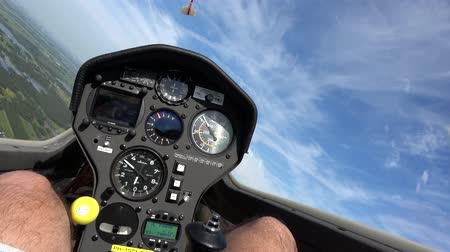avançar : Cockpit point of view POV footage in modern glider sailplane soaring in rising air showing advanced instrument panel with gauges reading altitude airspeed ascending speed beautiful day blue sky 4k