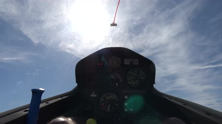 avançar : Cockpit point of view POV footage in modern glider sailplane taking off of grass airfield advanced instrument panel with gauges for reading altitude airspeed ascending speed beautiful day blue sky 4k