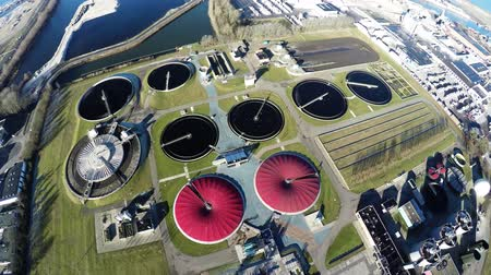 kanalizacja : Aerial top down view flying backwards on wastewater treatment plant also known as sewage treatment plant or sewage treatment works for sewage treatment plant removing contaminants from wastewater 4k Wideo