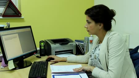 falar : attractive woman in her office