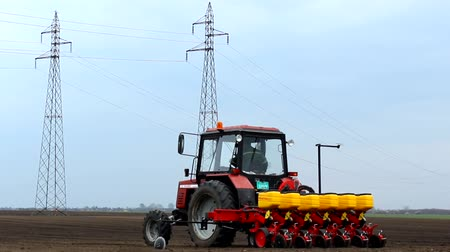 tohum : sowing of sugar beet, the tractor in the field