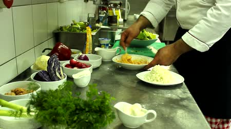 mutfak malzemesi : chef in the action in kitchen ,vegetables salad