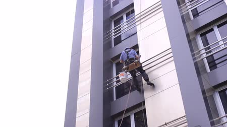 arruela : modern office building Workers washing the windows facade - Industrial alpinist climbers  Stock Footage