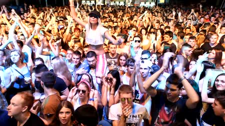 festivais : fans crowd disco party clubbing festival