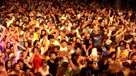 клуб : crowd mixing music  Dee jay  at disco party clubbing festival Стоковые видеозаписи
