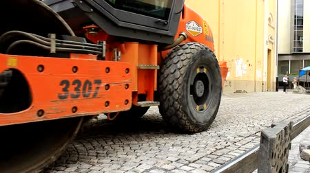 uliczki : Road Roller Leveling New cubes  On Road in the street Wideo