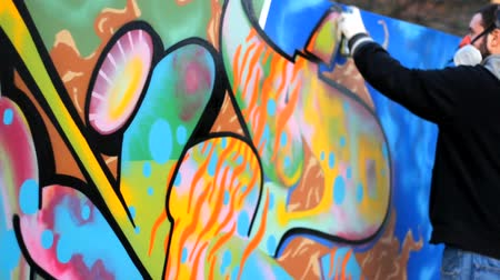 grafitis : Artista Rap Adolescente hacer graffiti en la pared