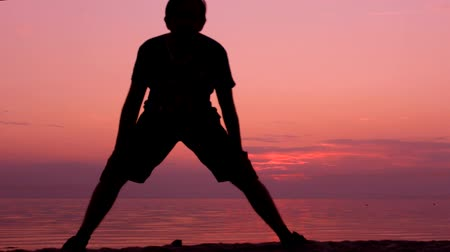atleta : Exercise recreation on a beach sunset Stock Footage