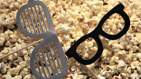 pop corn : pop corn masque de papier personne hd footage