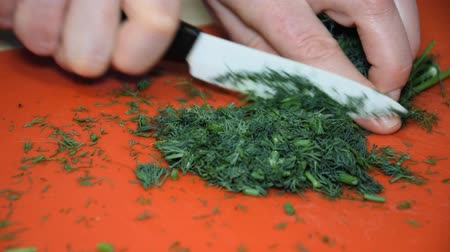 cebolinha : A woman is cutting dill for a salad Vídeos
