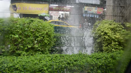 estouro : Water is splashing from main underground pipe damage in Thailand Vídeos