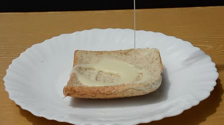 nekvalitní potraviny : Whole-wheat bread is topped with sweetened condensed milk.