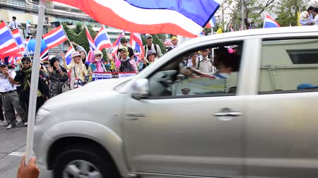 rabble : BANGKOK, THAILAND - FEBRUARY 7: Thai protestors take over the Department of Irrigation and waving to government officers that leave the place. This is to pressure prime minister Yingluck and the government because of unacceptacle corruption in Thailand Stock Footage
