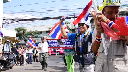 rabble : BANGKOK, THAILAND - FEBRUARY 7: Thai protestors take over the Department of Irrigation and waving with joy to promote system reform before election in Thailand on February 9, 2014.  Stock Footage