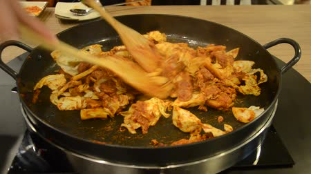 korejština : How to cook Korean cuisine called Dak galbi step 2, mixing marinated chicken with vegetable