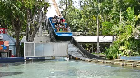 rolete : Asian water boat running down the slider with a huge water splash when landing in amusement park in HD Vídeos