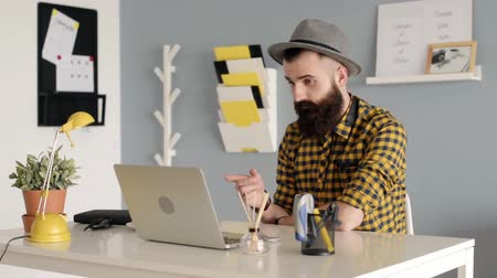 борода : Man with beard having conversation on the laptop