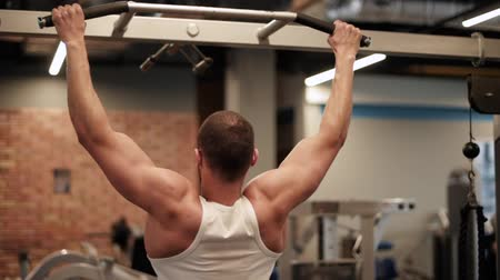 motivar : Man doing chin ups at the gym Vídeos