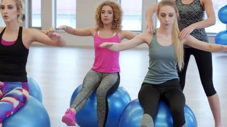 só as mulheres jovens : Young women training with exercise ball